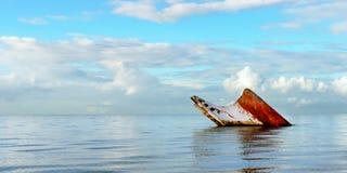 Sänd det rostiga landskapet för haveriet som sjunker in i havet Trinidad och Tobago Arkivfoton