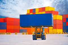 Sänd med behållaren i skeppsdocka på blå himmel för solf Arkivbilder