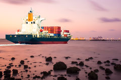 Sänd med behållaren i skeppsdocka på blå himmel för solf Arkivfoton
