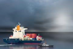 Sänd med behållaren i skeppsdocka på blå himmel för solf Fotografering för Bildbyråer