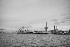 Sänd och sträcka på halsen raden längs hamnshorelinen Arkivbilder