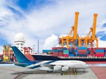 Sänd päfyllningsbehållaren med transportnivån för logistisk import royaltyfri foto
