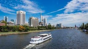 Sänd på den huvudsakliga floden i Frankfurt stadsområdesommar Arkivfoton