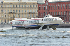 Sänd på vattenvingarna som svävar på floden Neva i helgonet Pete Royaltyfri Bild