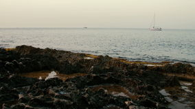 Sänd seglingen längs den steniga kusten av medelhavet stock video
