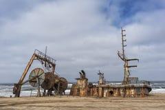 Sänd skeppsbrutet och begravt och övergett på kusten av den Namibe öknen Afrika Angola arkivbild