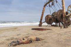 Sänd skeppsbrutet och begravt och övergett på kusten av den Namibe öknen Afrika Angola royaltyfri bild