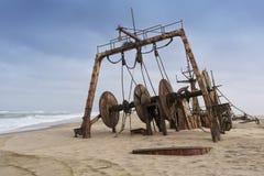 Sänd skeppsbrutet och begravt och övergett på kusten av den Namibe öknen Afrika Angola royaltyfri fotografi