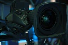 Sända televisionstudiokameran och sträcka på halsen kameran i nyheternastudiorum royaltyfria foton