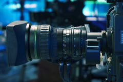 Sända televisionstudiokameran och sträcka på halsen kameran i nyheternastudiorum arkivfoto