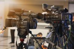 Sända televisionstudiokameran och sträcka på halsen kameran i nyheternastudiorum royaltyfri fotografi