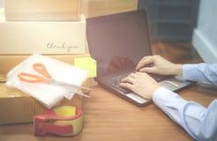 Sändande bärbar dator som säljer sakeronline-ecommerceleveransen som direktanslutet shoppar, och beställningsbegrepp fotografering för bildbyråer