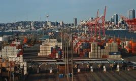 Sändningsbehållare på hamnön Royaltyfri Foto