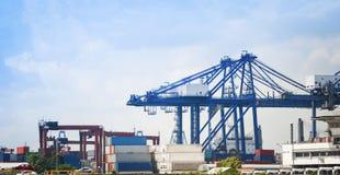 Sändningslastkran och behållareskepp i affär och logistik för exportbilimport i transport för hamnbranschvatten fotografering för bildbyråer