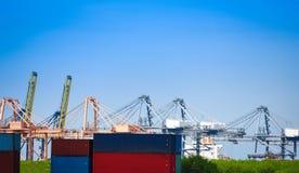 Sändningslastkran och behållareskepp i export och importaffär och logistik i hamnbransch- och vattentransport royaltyfria bilder