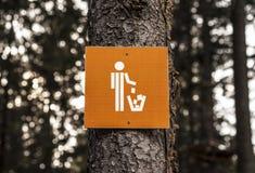 Sänftenbehälter unterzeichnen herein Wald Stockfotos