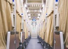 Säng för brits för längsgående stödbjälkedrevrum med gardinen fotografering för bildbyråer