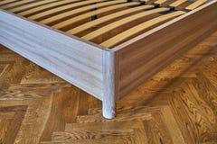 Säng för fast trä Modern skandinavisk stil Närbild tomt sovrum royaltyfria bilder