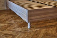 Säng för fast trä Modern skandinavisk stil Närbild tomt sovrum royaltyfri foto