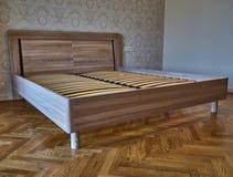 Säng för fast trä Modern skandinavisk stil tomt sovrum arkivbilder