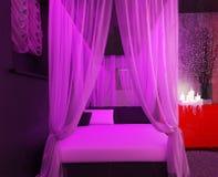 Säng för fyra affisch i ett lyxigt ledar- sovrum Royaltyfri Fotografi