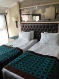 Säng för hotellrum två royaltyfri bild
