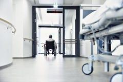 Säng för rullstolsjukhuskorridor Royaltyfri Fotografi