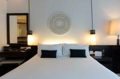 Säng i ett affärshotellrum Royaltyfria Foton