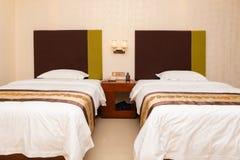 Säng i ett hotellrum arkivbild