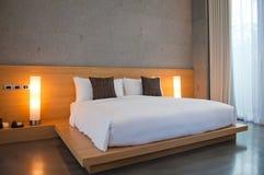 Säng i ett hotellrum Arkivfoton