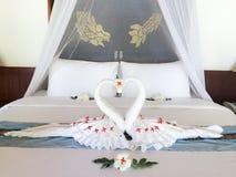 Säng i lyxig sovrumvilla royaltyfri bild