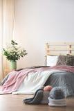 Säng i modernt sovrum arkivbild