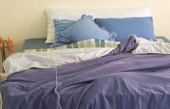 Säng i rummet royaltyfria foton