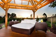 Säng i utvändigt område som en uteplats eller ett avslappnande ställe av ett modernt H Royaltyfria Bilder