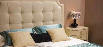 Säng med dekoren i sovrummet royaltyfri bild