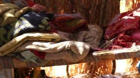 Säng med färgrik linne i fältarbetare beskyddar gjort av filialer arkivfilmer