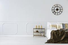 Säng med kuddar och sängkläder Royaltyfria Foton