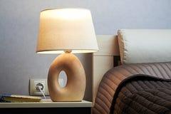 Säng med lampan Fotografering för Bildbyråer