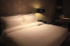Säng med mjukt ljus Arkivbilder