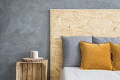 Säng med OSB-haeadboard arkivfoto