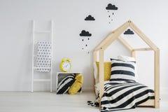 Säng med randig sängkläder Royaltyfri Foto