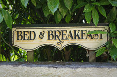 Säng - och - frukosttappningtecken Fotografering för Bildbyråer