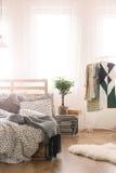 Säng och kläder arkivbild