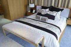 Säng och sängkläder Royaltyfri Bild