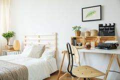 Säng och skrivbord i rum royaltyfria bilder