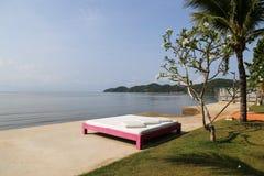 Säng på stranden Arkivbilder