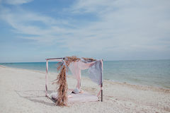 Säng på stranden under en markis royaltyfri foto