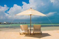 Sängar för solparaply och strandpå den tropiska sandiga stranden, tropiska destinationer cancun mexico mexico Arkivbild