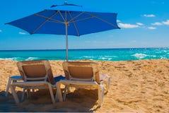 Sängar för solparaply och strandpå den tropiska sandiga stranden, tropiska destinationer cancun mexico mexico Arkivfoto