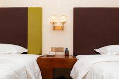 Sängar i ett hotellrum royaltyfri fotografi